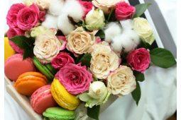 Коробка со сладостями и цветами (7)