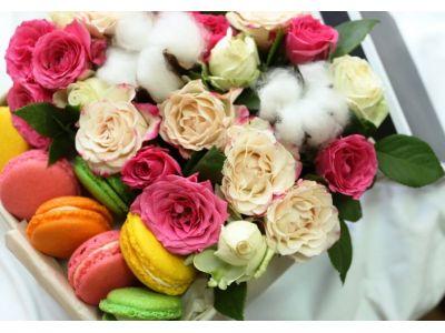 Коробка со сладостями и цветами