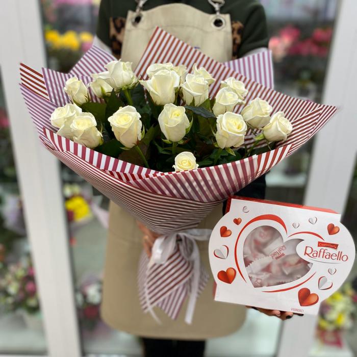 Букет из белых роз и Raffaello