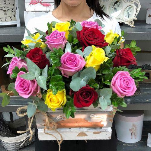 Композиция из 19 разноцветных роз