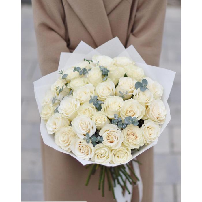 31 белая роза Аваланж   с Эвкалиптом