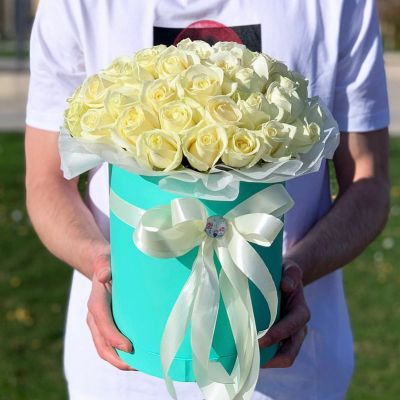 Шляпная коробка с 35 белыми розами