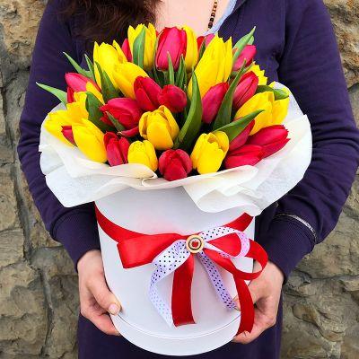 Шляпная коробка из 45 красных и желтых тюльпанов