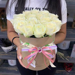 Шляпная коробка из 15 белых роз