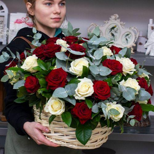 Корзина из 45 белых и красных роз
