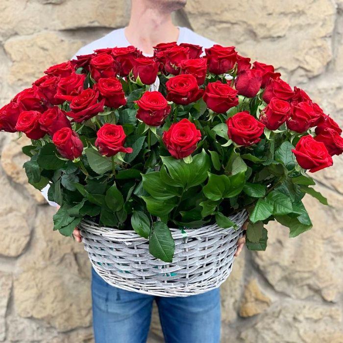 67 красных роз в корзине
