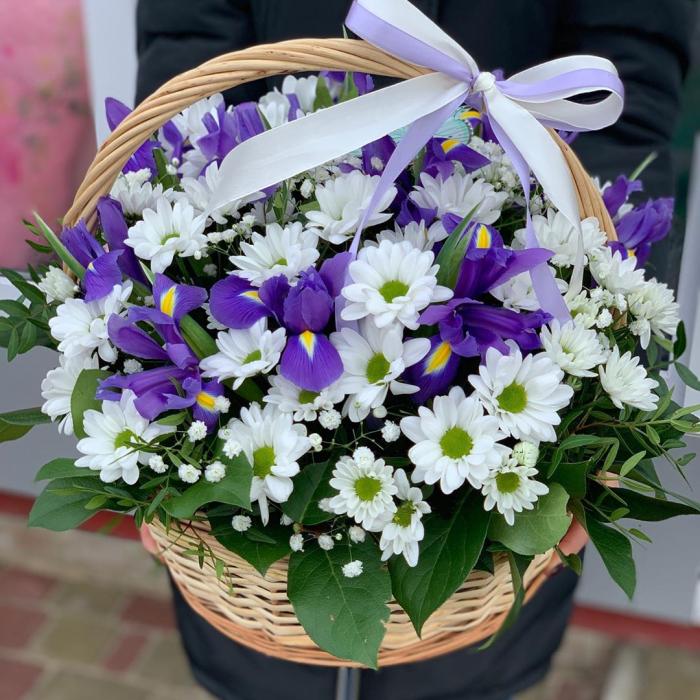 """Корзина с цветами """" Первая встреча"""""""