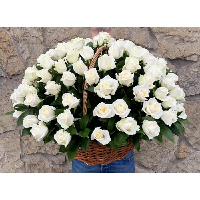 101 белая роза в корзине