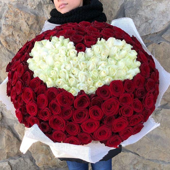 Букет из 201 красной розы в центре сердце из белых роз