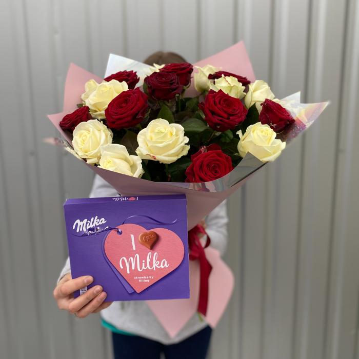 """Букет из 19 красно-белых роз и конфеты """"Milka"""""""
