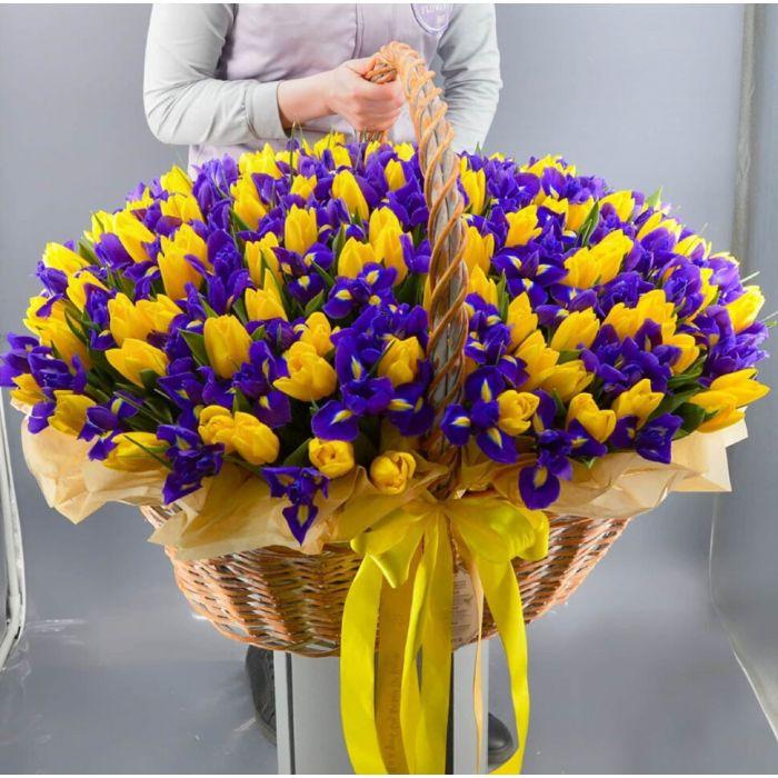 """Корзина тюльпанов и ирисов """" Цветочный луг"""""""