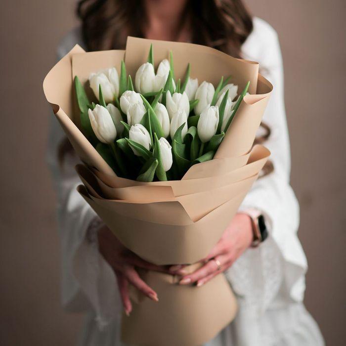 Охапка из 31 белого тюльпана в оформлении