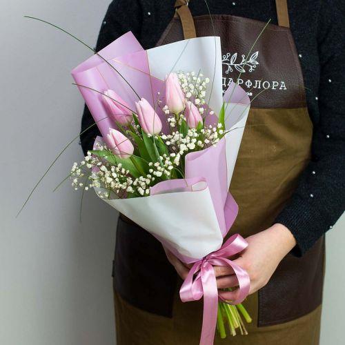 Букет из 5 тюльпанов и гипсофила