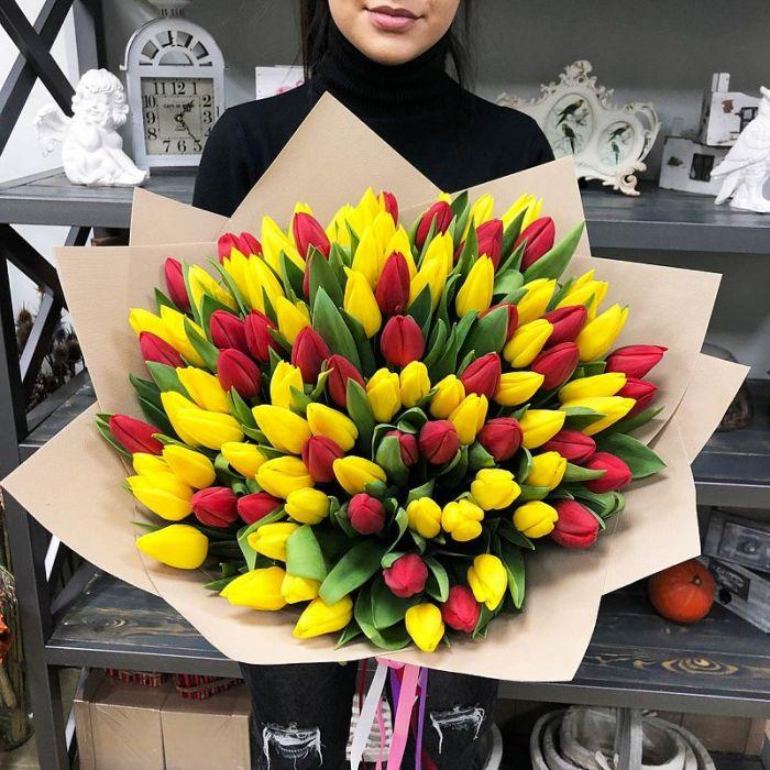 Букет из 51 красно-желтого тюльпана